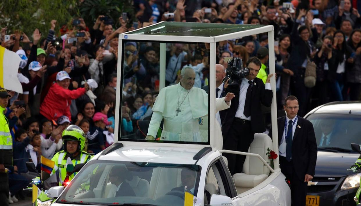 Pope Francis gets spirited, musical welcome to Colombia