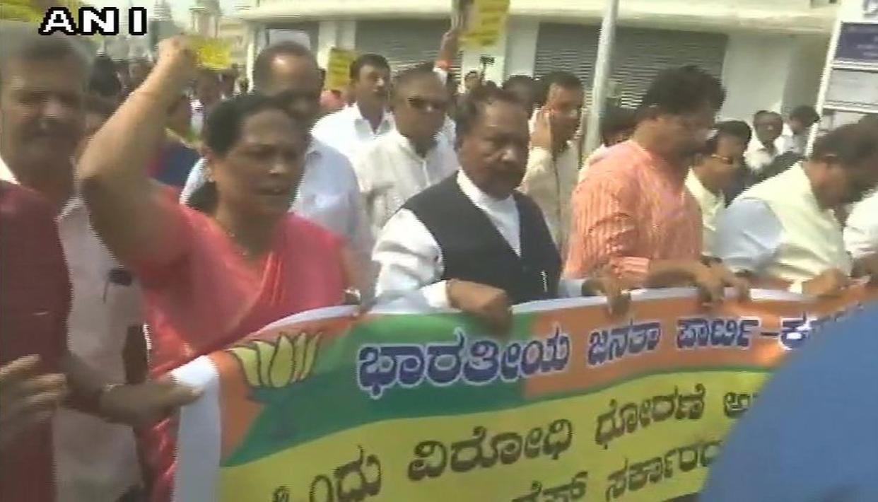 कर्नाटक में परेश की मौत के बाद, राज्य की सियासत गरमाई