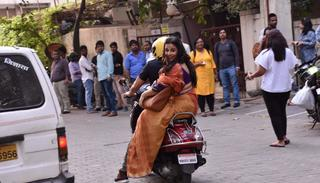 They stop in the middle of traffic and Vidya seems to be amused by all the fanfare around her   (Pic by Viral Bhayani)