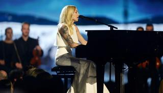 Skylar Grey was beautiful as ever as she performed the vocals for 'Walk on Water' with Eminem on stage.