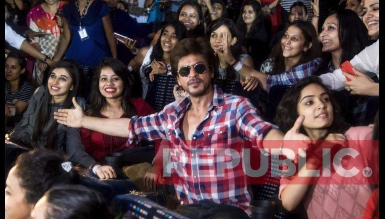 SRK strikes his iconic pose with them Sejals