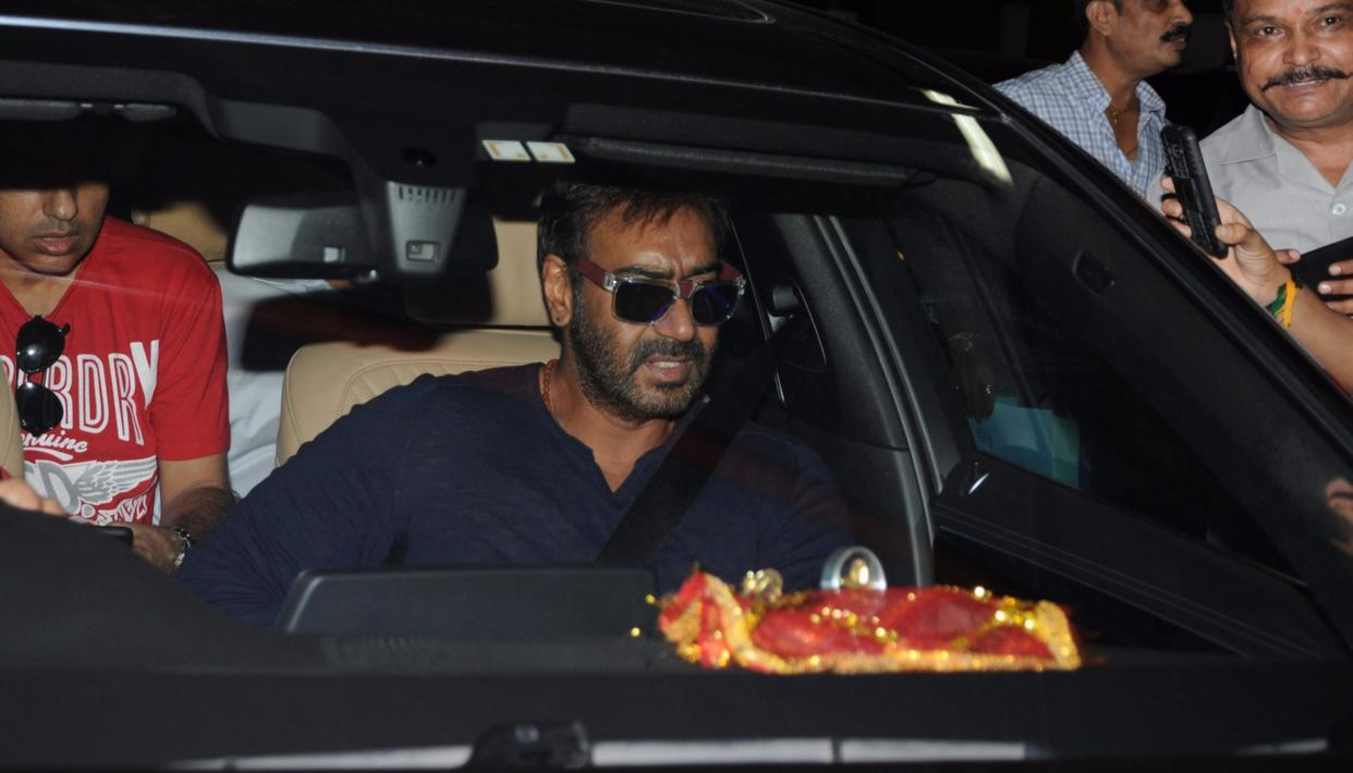 Ajay Devgn looking quite neta-like at Mumbai Airport (Credit: Viral Bhayani)