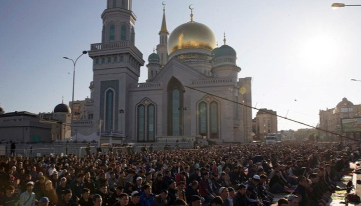 Muslims pray outside the newly restored Moscow Cathedral Mosque during celebrations of Eid al-Adha, which Muslims in Russia call Kurban-Bairam. (Source: AP)
