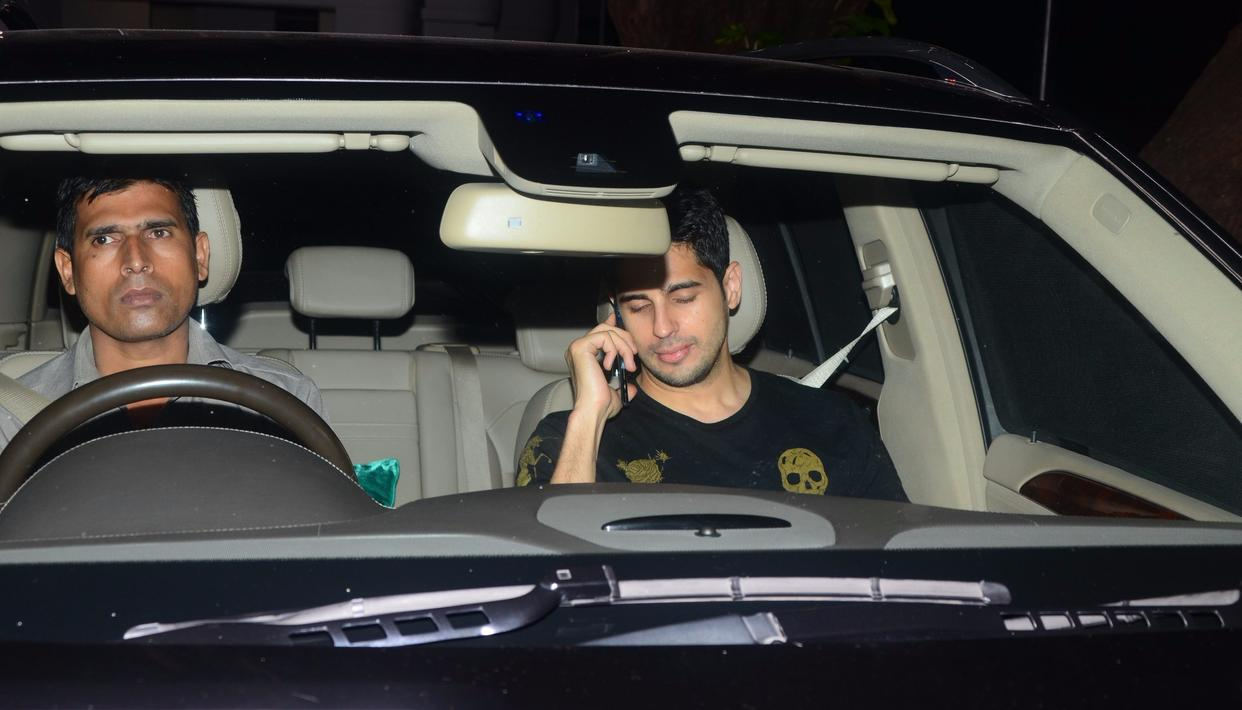 Going by Sidharth Malhotra's expression, he seems to be talking to his girlfriend on the phone. We wonder who that is!   Pic: Viral Bhayani