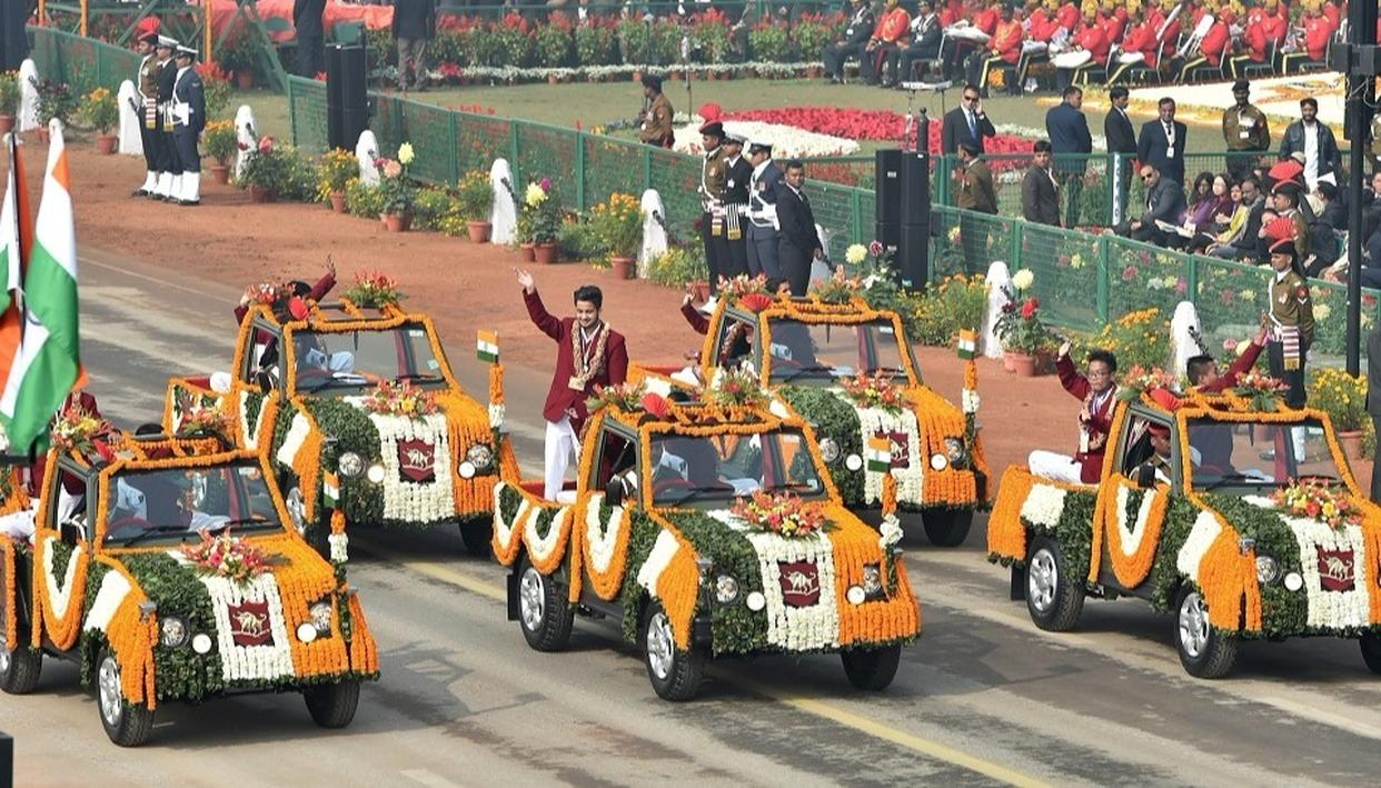 Recipients of 'National Bravery Awards 2017' wave at the crowd during the 69th Republic Day Parade at Rajpath in New Delhi on Friday.  (Source: PTI)