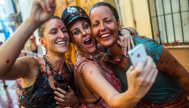 """Thousands pelt each other in """"Tomatina"""""""