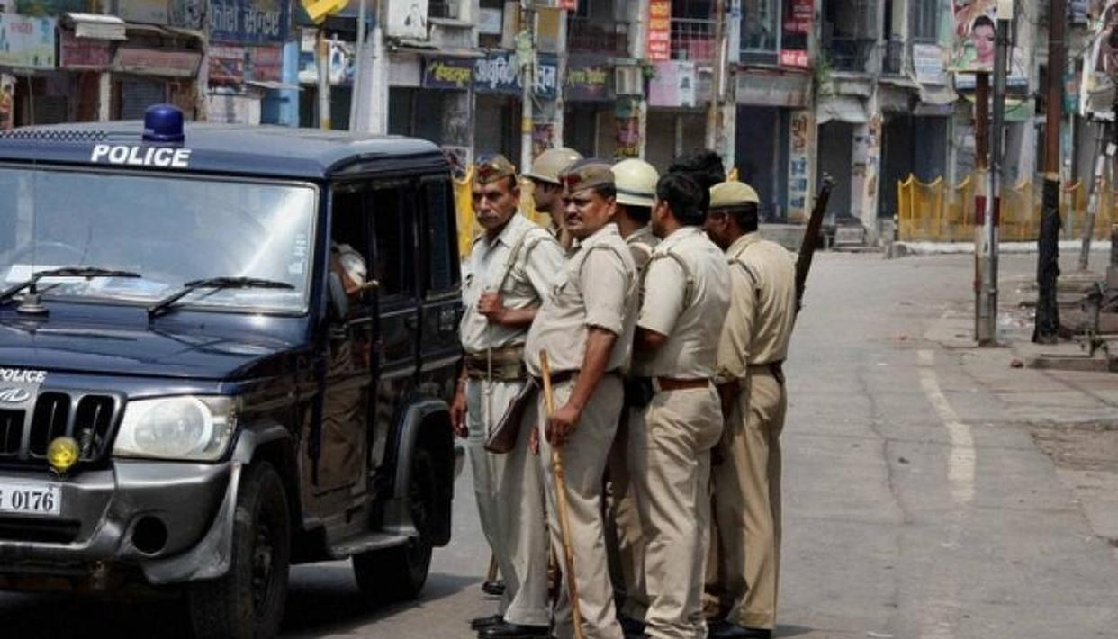 UP POLICE APOLOGISE OVER THIS VIRAL PICTURE
