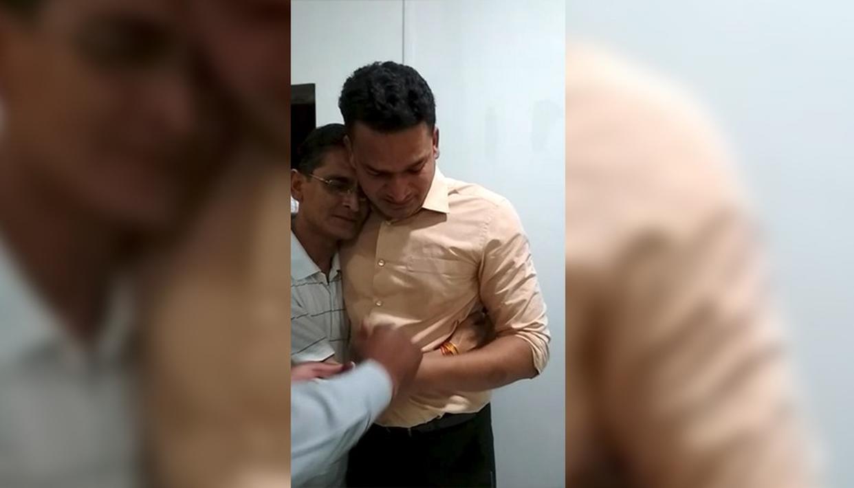 ट्रांसफर लेटर मिलते ही कर्मचारियों के सामने फुट फुट कर रोने लगे SP साहब - देखें VIDEO