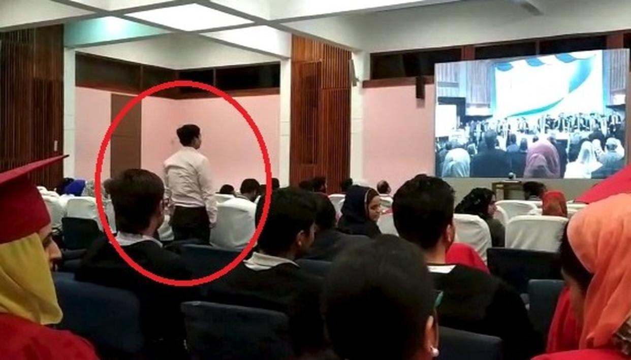 दीक्षांत समारोह में 'राष्ट्रीय गान'  के दौरान सिर्फ एक स्टूडेंट खड़ा हुआ : देखें वीडियो