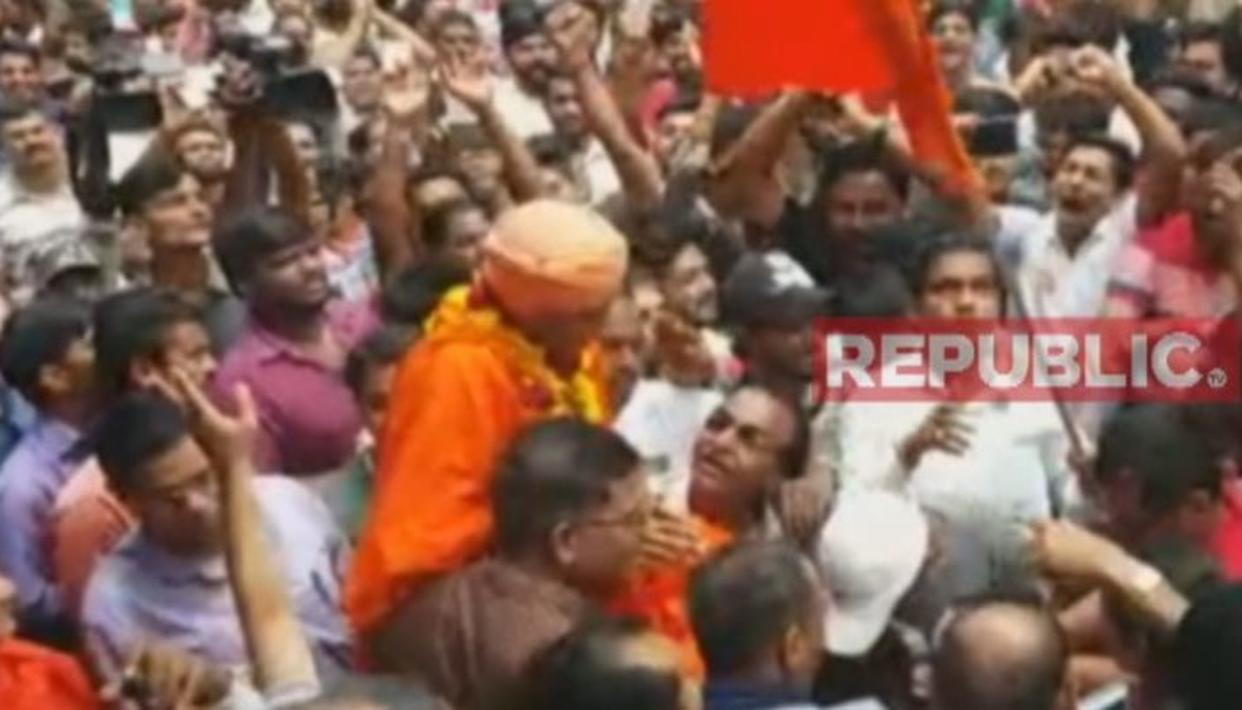 TERROR CONVICT GETS HERO'S WELCOME IN BHARUCH