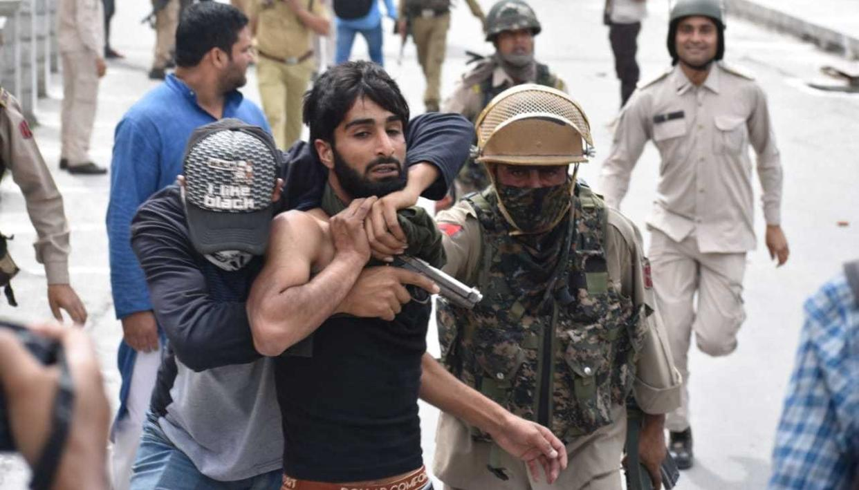 TO CURB STONE PELTING, J&K POLICE TURNS TO MUFTI