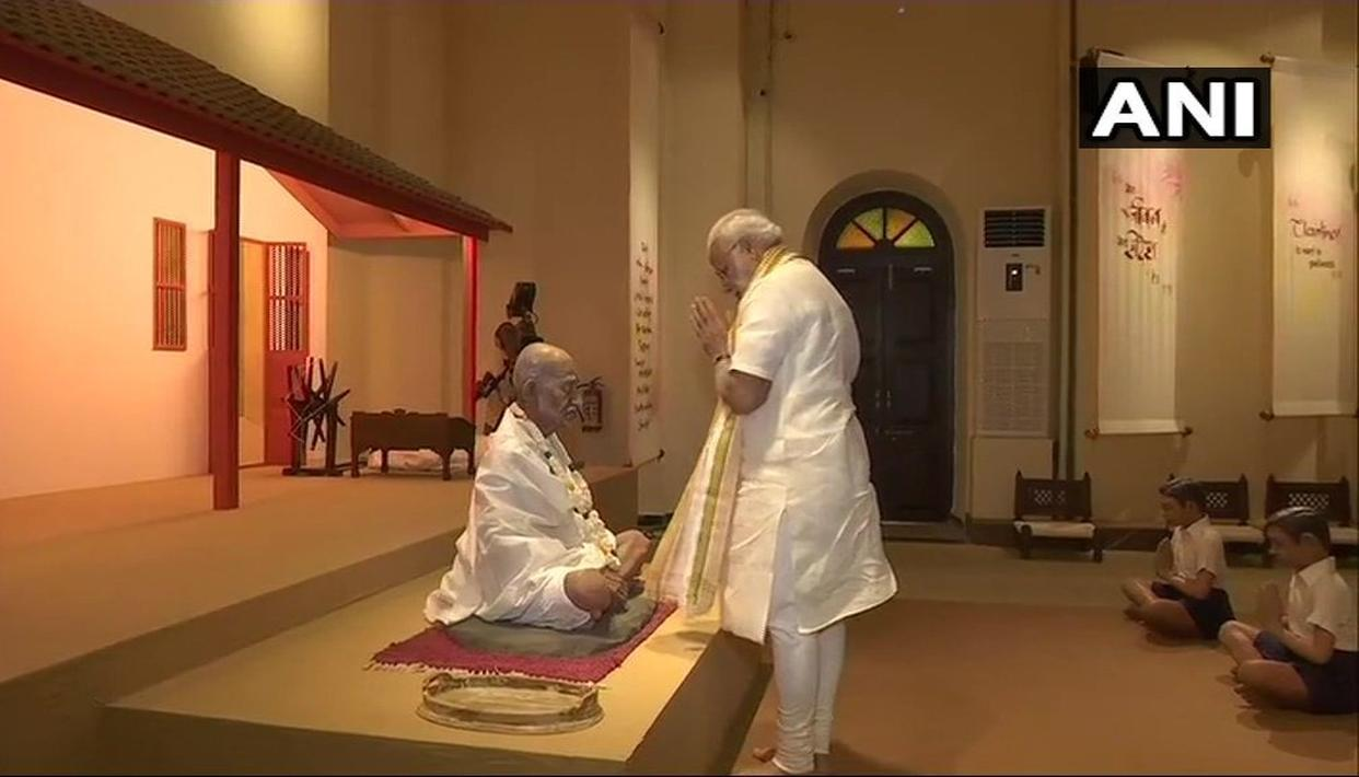 PM MODI PAYS TRIBUTE TO 'BAPU'