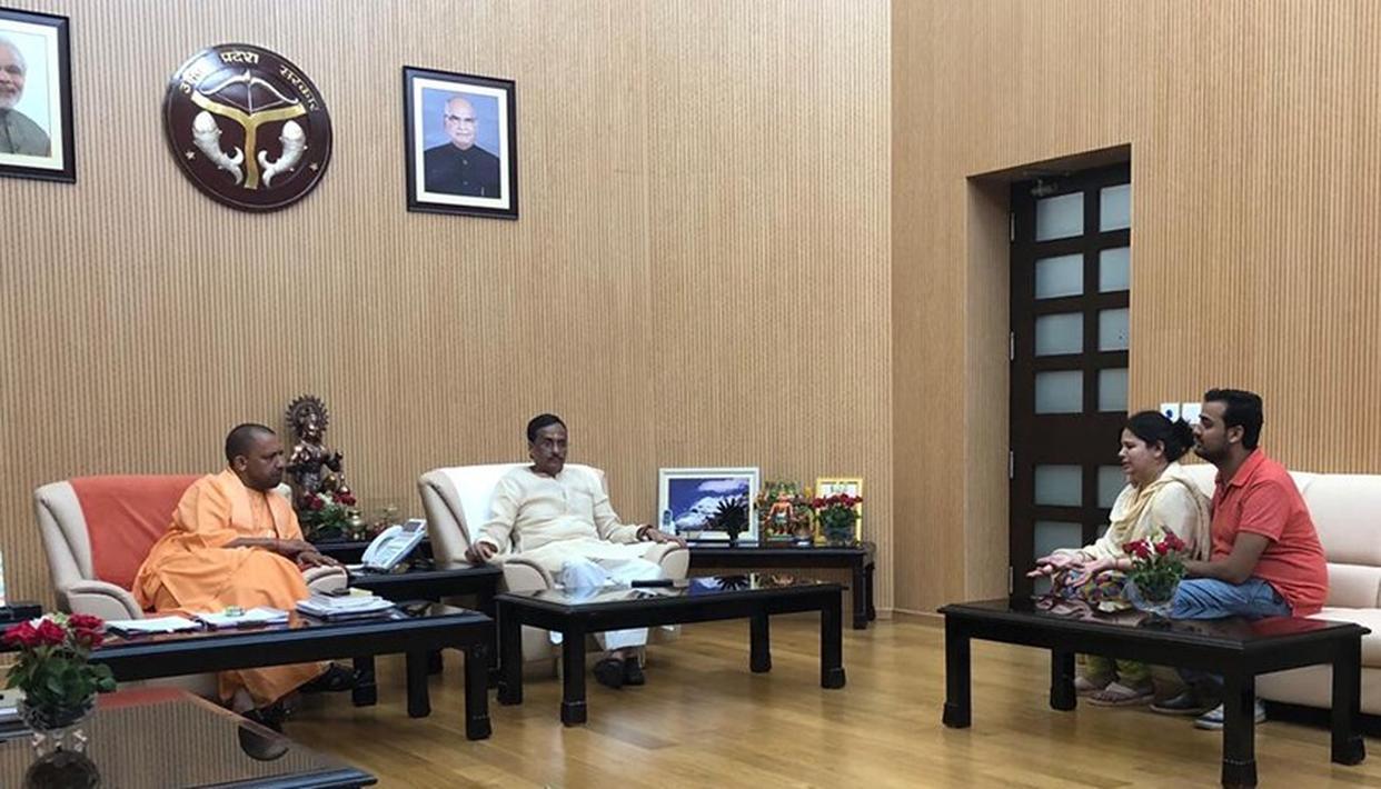 लखनऊ शूटआउट :  CM योगी से मिलने पहुंची मृतक विवेक की पत्नी ने कहा - मुझे राज्य सरकार पर भरोसा है