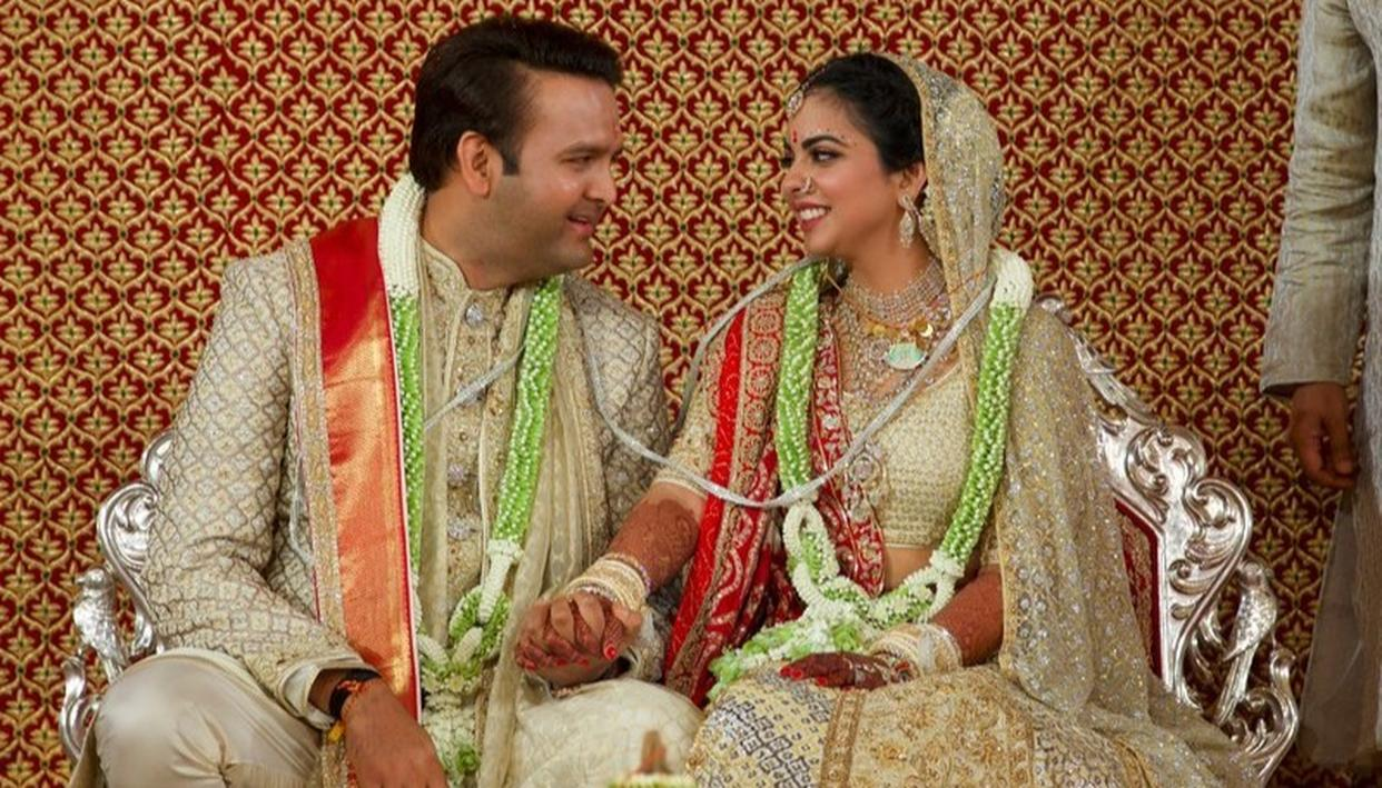 ITS' OFFICIAL: HERE ARE THE FIRST PICTURES OF ISHA AMBANI AND ANAND PIRAMAL AS HUSBAND AND WIFE