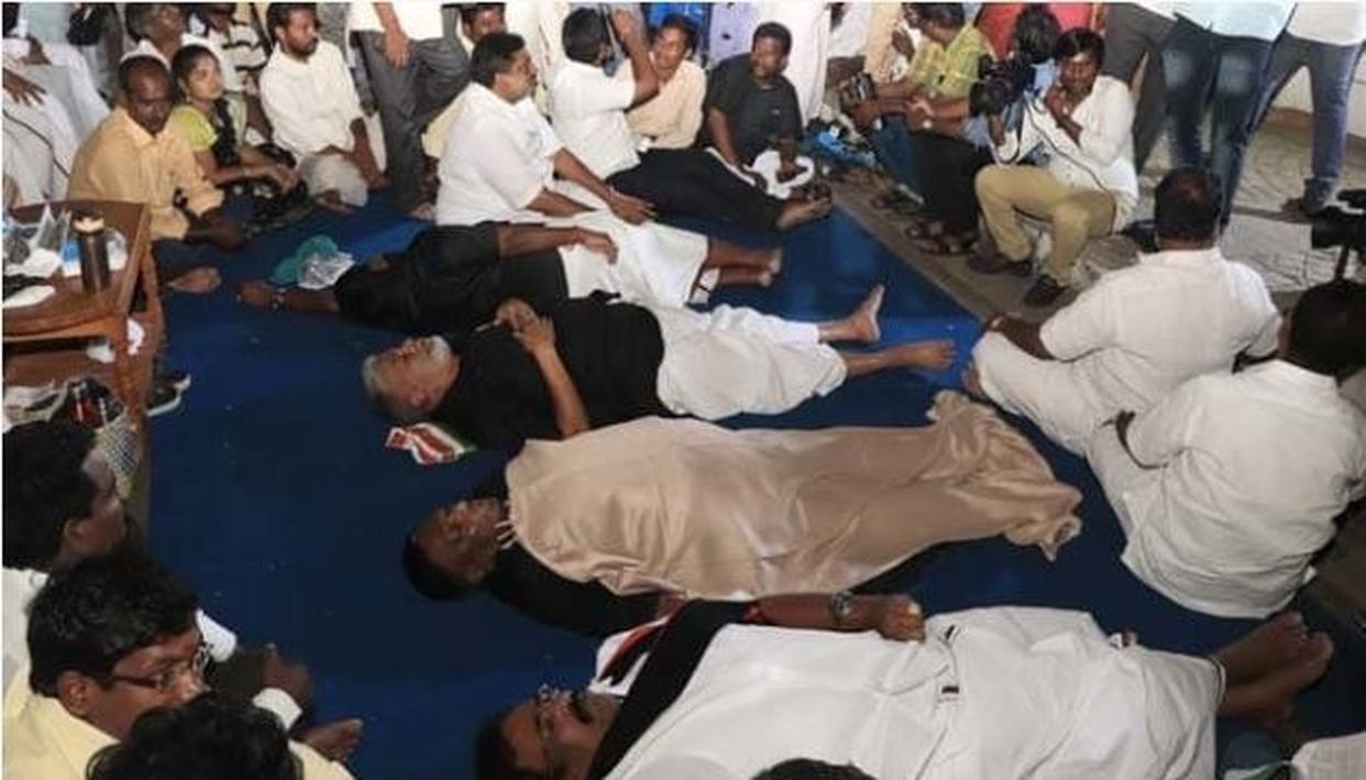 राज निवास के बाहर पुडुचेरी के सीएम नारायणसामी, मंत्रियों का 'धरना' दूसरे दिन भी जारी...