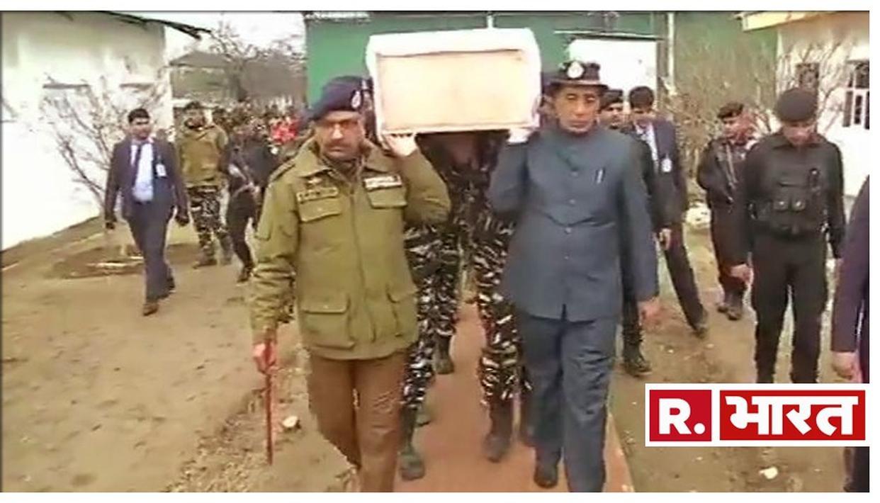 केंद्रीय गृहमंत्री राजनाथ सिंह ने पुलवामा हमले में शहीद हुए जवान के पार्थिव शरीर को दिया कंधा