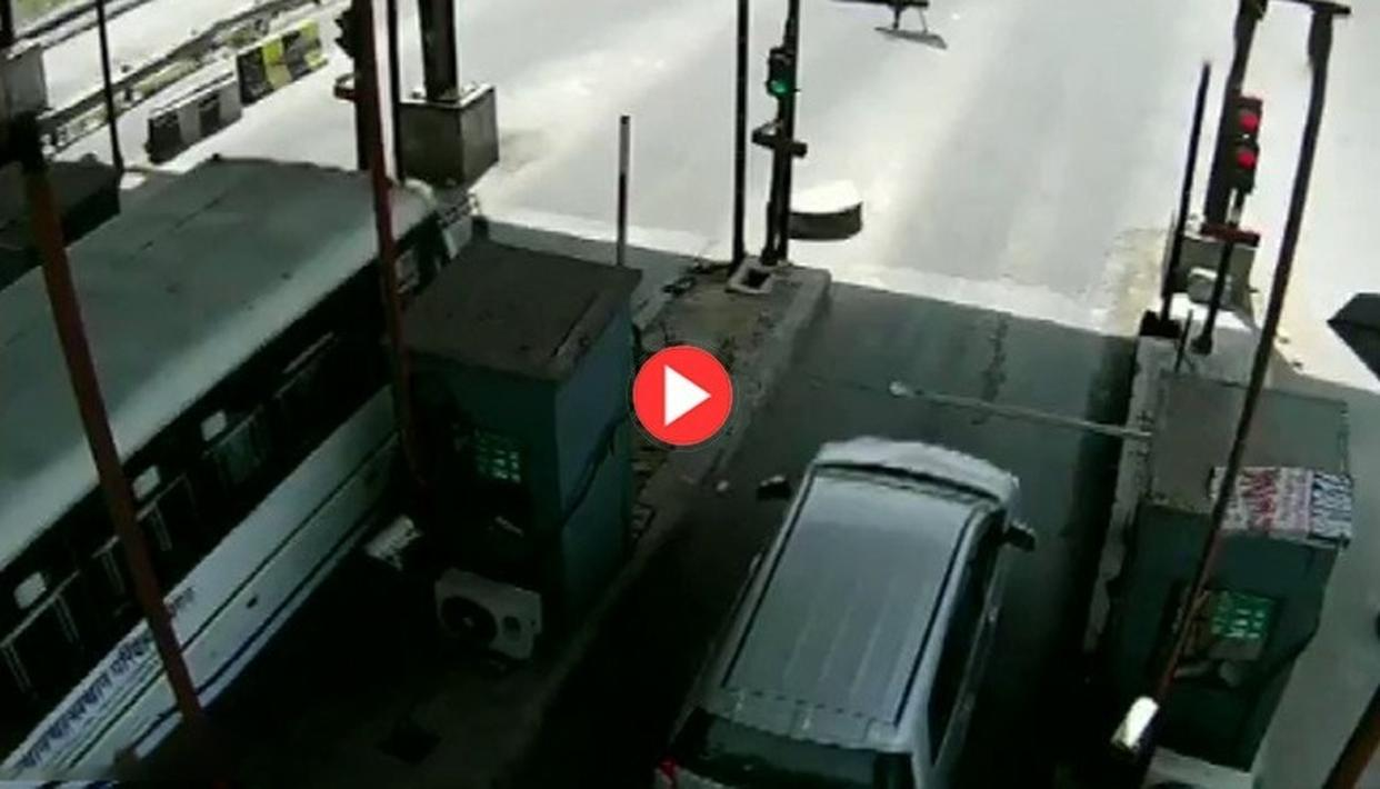 WATCH: CAR DRIVER DRAGS TOLL BOOTH EMPLOYEE FOR SEVERAL KILOMETERS AT HIGH SPEED AS HE CLINGS ON TO THE BONNET