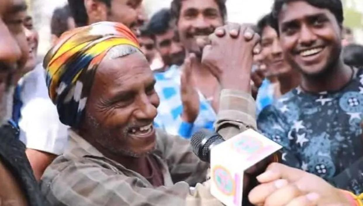 VIRAL: DAILY WAGE LABOURER FROM BIHAR IMPRESSES CROWD, SPEAKS TO A JOURNALIST IN FLUENT ENGLISH. WATCH VIDEO HERE