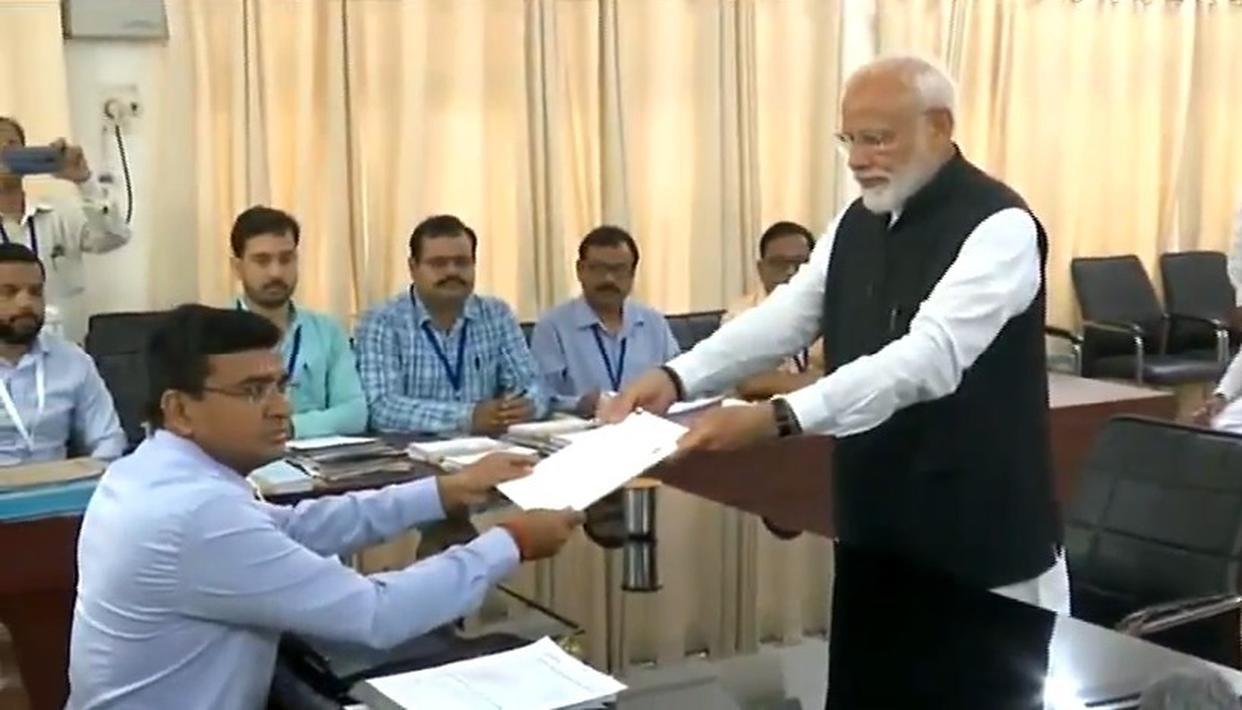 नमों - नामांकन LIVE : वाराणसी से PM मोदी ने किया नामांकन, प्रस्तावक अन्नपूर्णा शुक्ला के छुए पैर