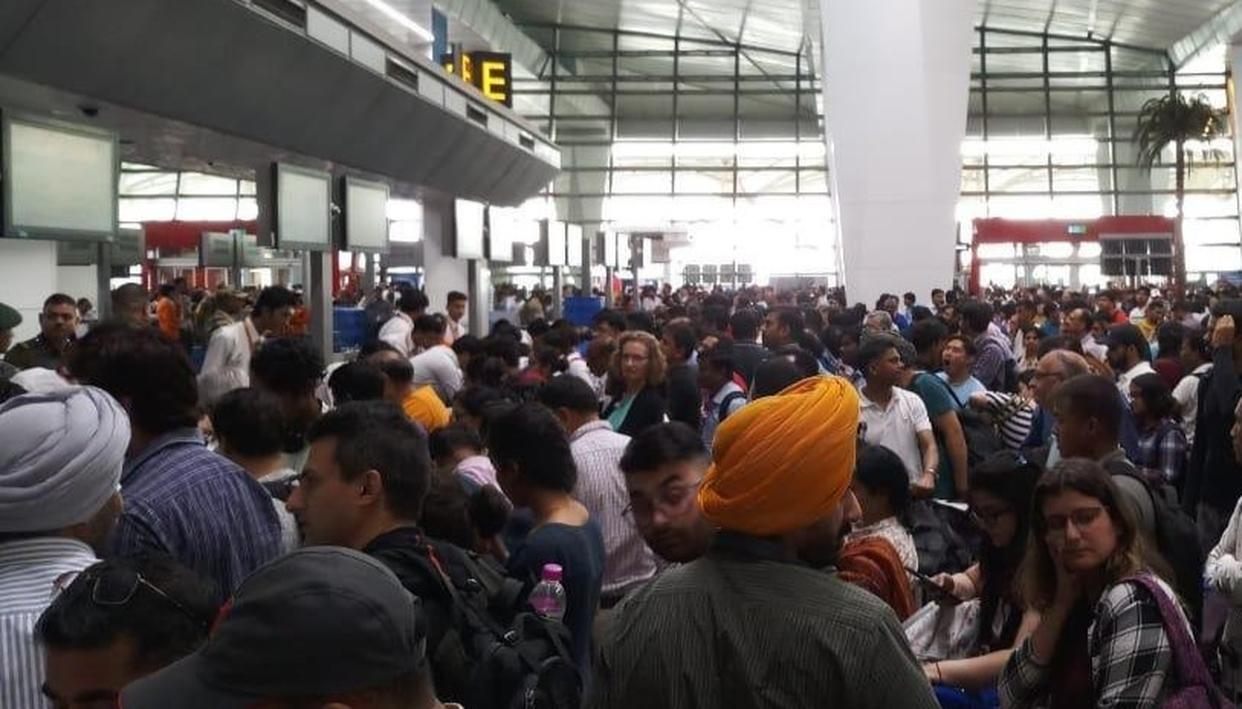 IMMIGRATION SYSTEM SERVER DOWN AT DELHI AIRPORT, HUNDREDS OF PASSENGERS FACES A HARROWING TIME IN LONG QUEUES