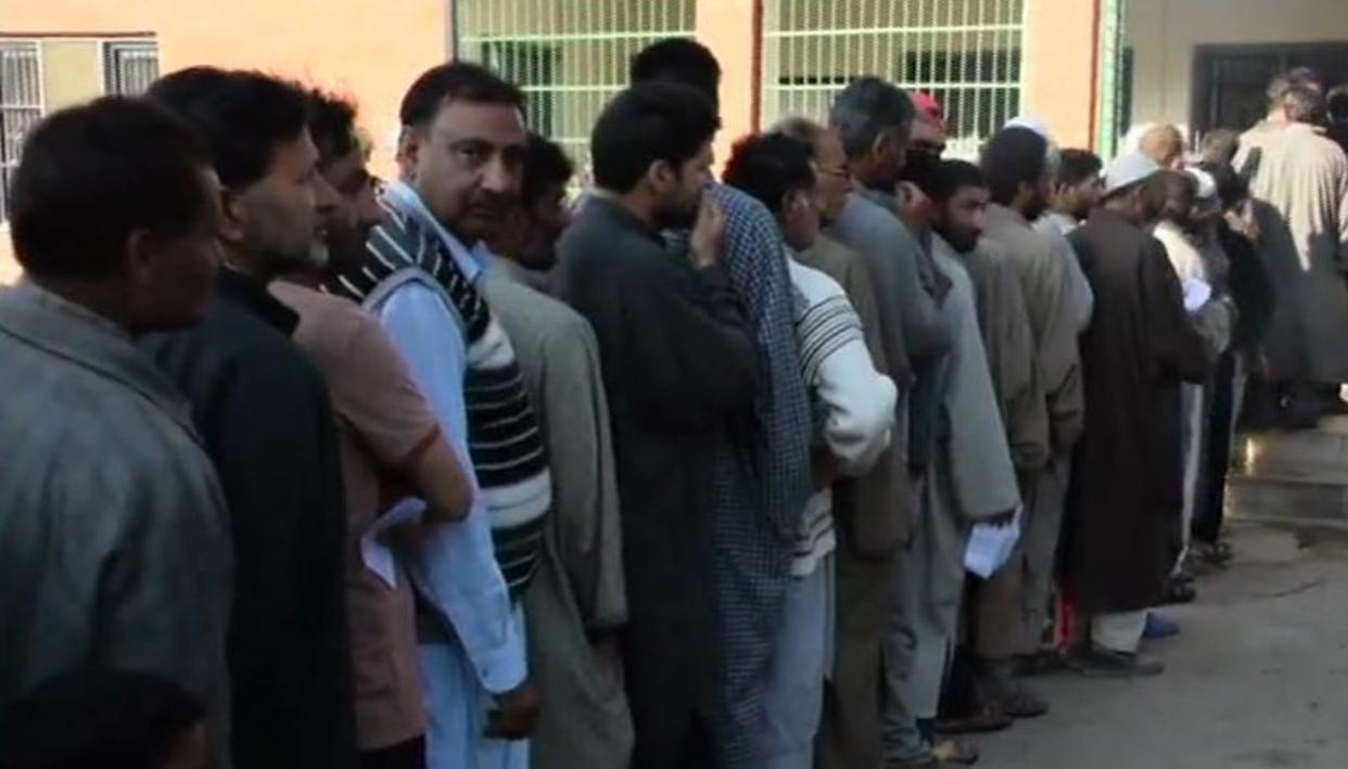 पुलवामा में मतदान केन्द्र पर ग्रेनेड हमला, सुरक्षाबलों ने की घेराबंदी