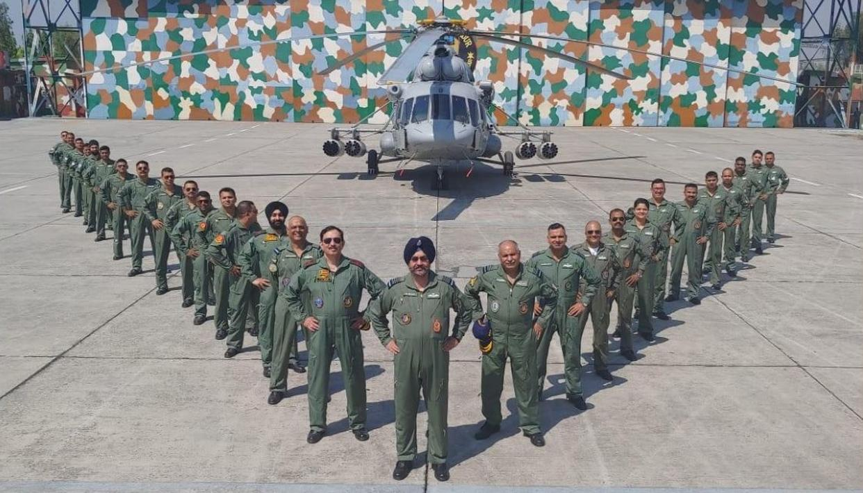 WATCH | AIR CHIEF MARSHAL BS DHANOA AND LT GEN YK JOSHI PAY HOMAGE IN 'MISSING MAN' FORMATION TO IAF'S KARGIL WAR MARTYRS