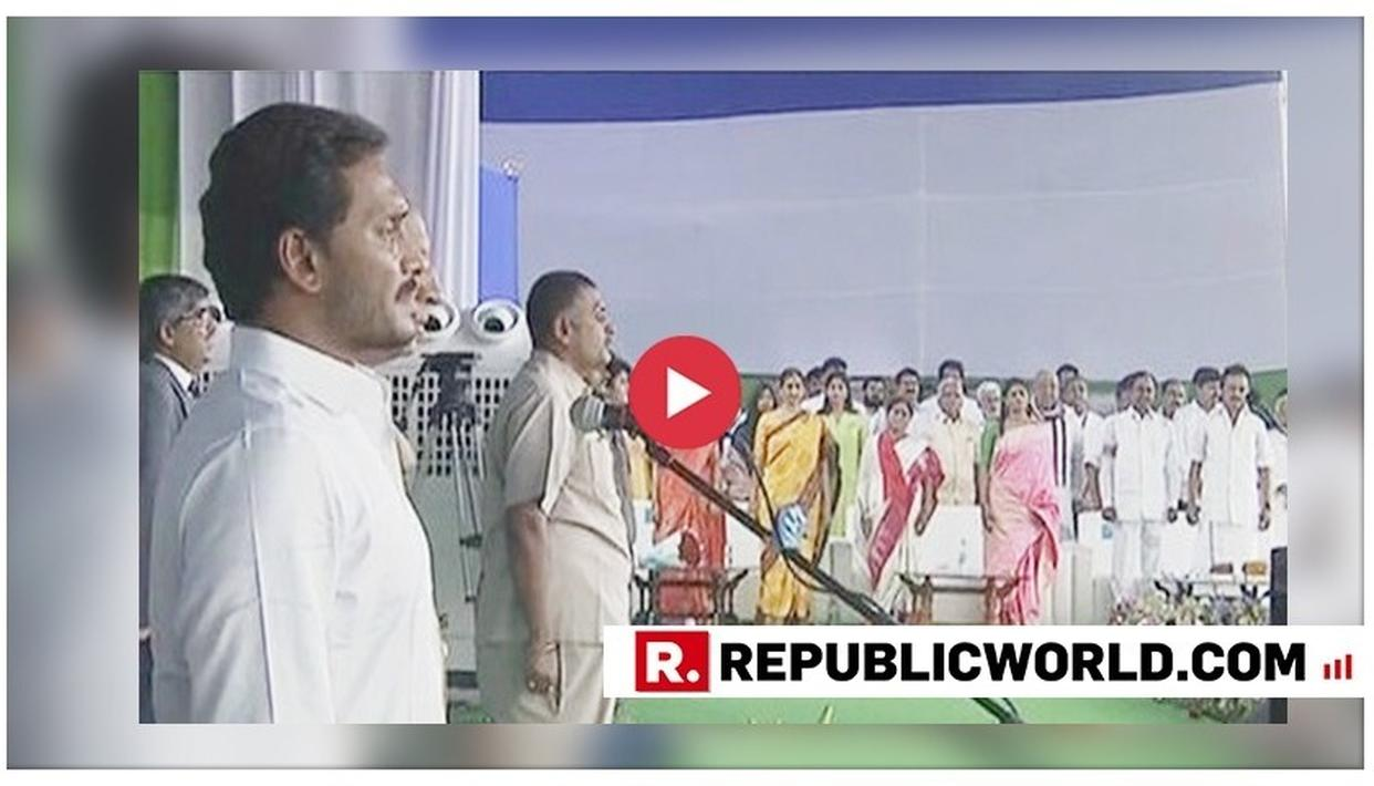 WATCH: JAGAN MOHAN REDDY OVERWHELMED AS HE FOLLOWS HIS FATHER'S FOOTSTEPS TO TAKE OATH AS ANDHRA PRADESH CHIEF MINISTER; TELANGANA CM KCR & MK STALIN ALSO PRESENT