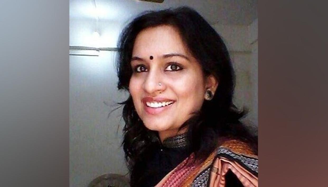 महिला आईएएएस अधिकारी के गांधी-विरोधी ट्वीट पर विवाद