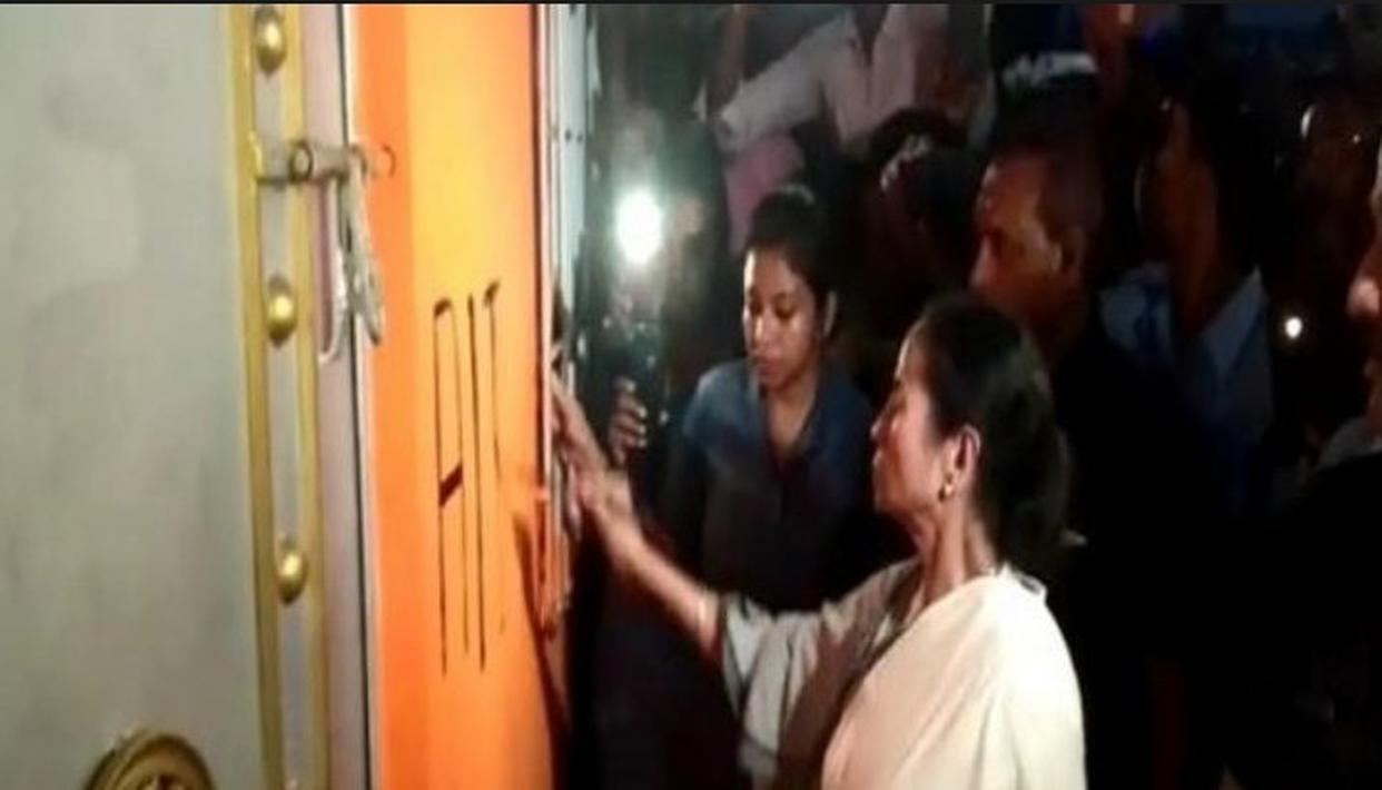 MAMATA BANERJEE PAINTS HER PARTY'S SYMBOL ON THE SAFFRON WALL OF BJP'S NORTH 24 PARGANAS OFFICE, AS TRINAMOOL ALLEGEDLY RETAKES ITS OLD PREMISES
