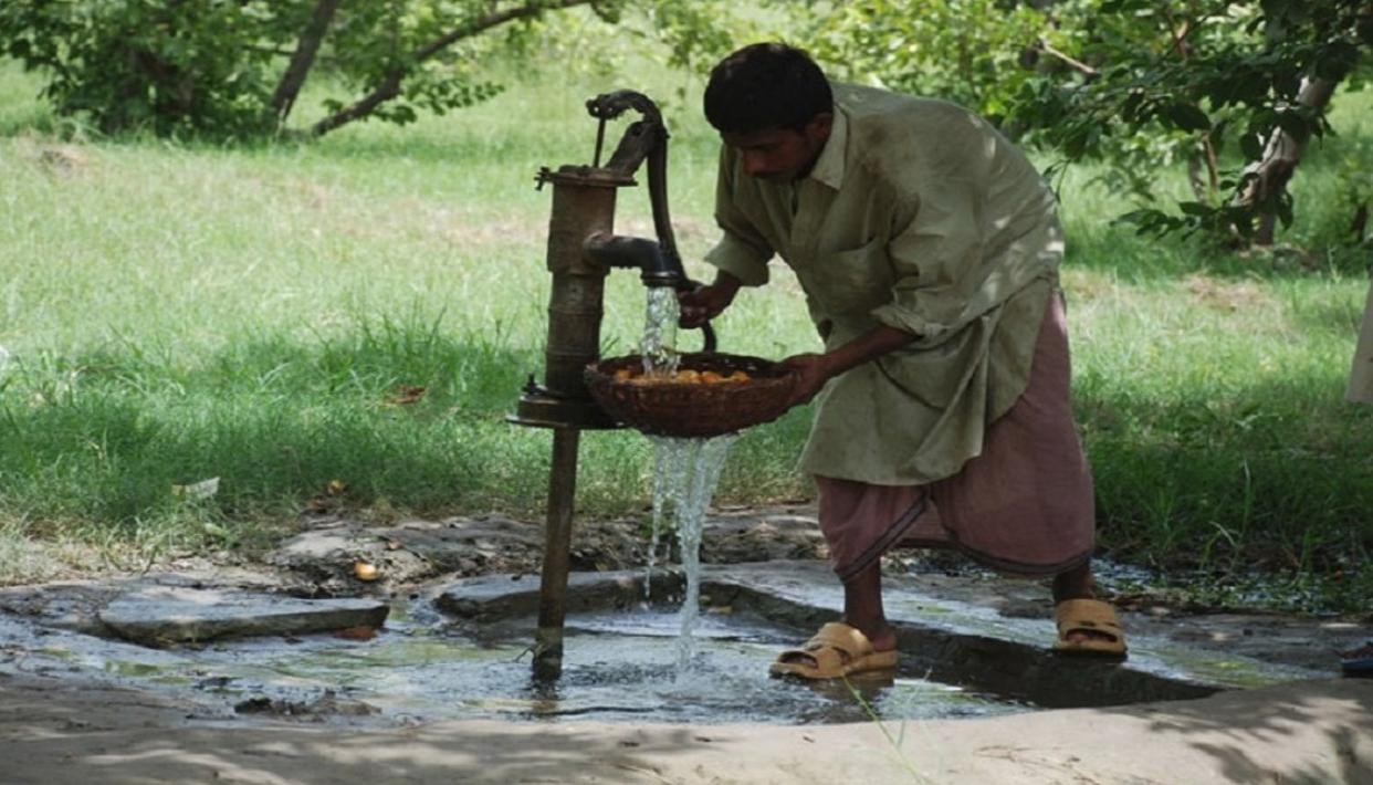INDIAN BUSINESSMAN INSTALLS HAND PUMPS IN POVERTY-STRICKEN PAKISTAN DISTRICT