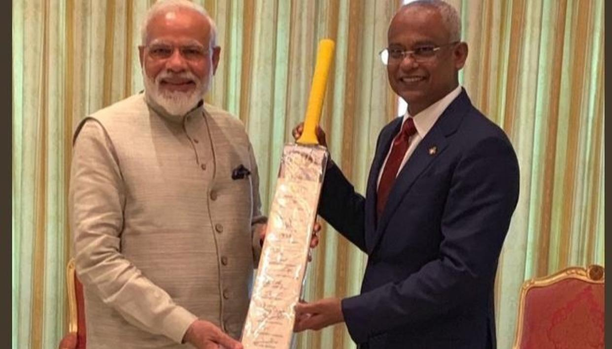 JUST WATCH THIS: PM MODI GIFTS CRICKET BAT SIGNED BY FULL WORLD CUP 2019 TEAM INDIA SQUAD TO MALDIVES PRESIDENT SOLIH. PICTURES HERE
