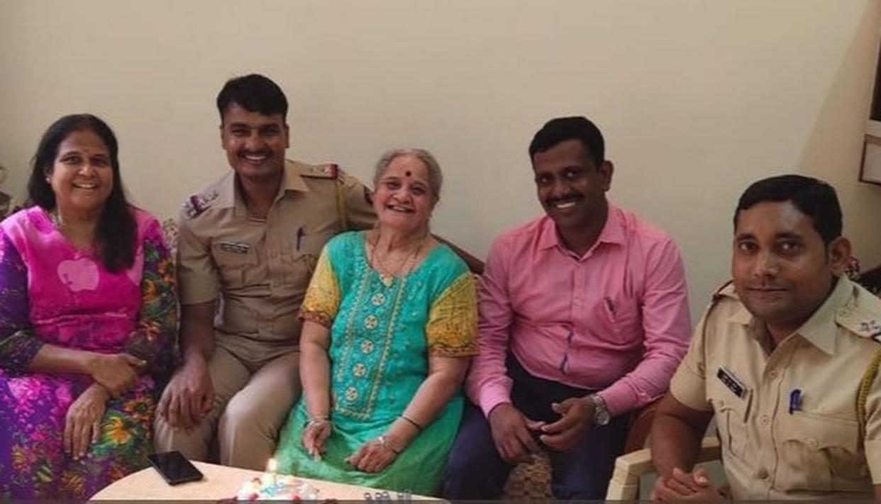 MUMBAI POLICE'S HEARTWARMING GESTURE FOR A 77 YEAR OLD WOMAN IS WINNING THE INTERNET