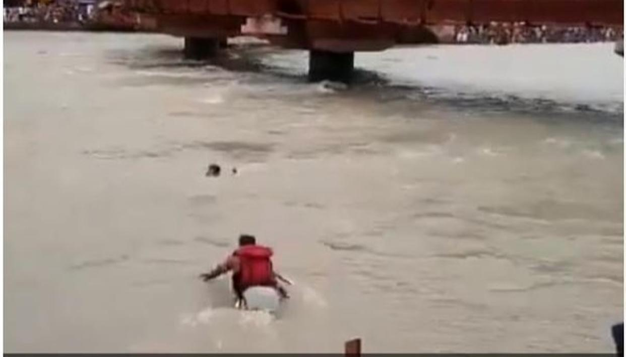 WATCH: HUNDREDS LOOK ON AS UTTARAKHAND POLICE OFFICER HEROICALLY RESCUES MAN FROM DROWNING IN THE GANGA