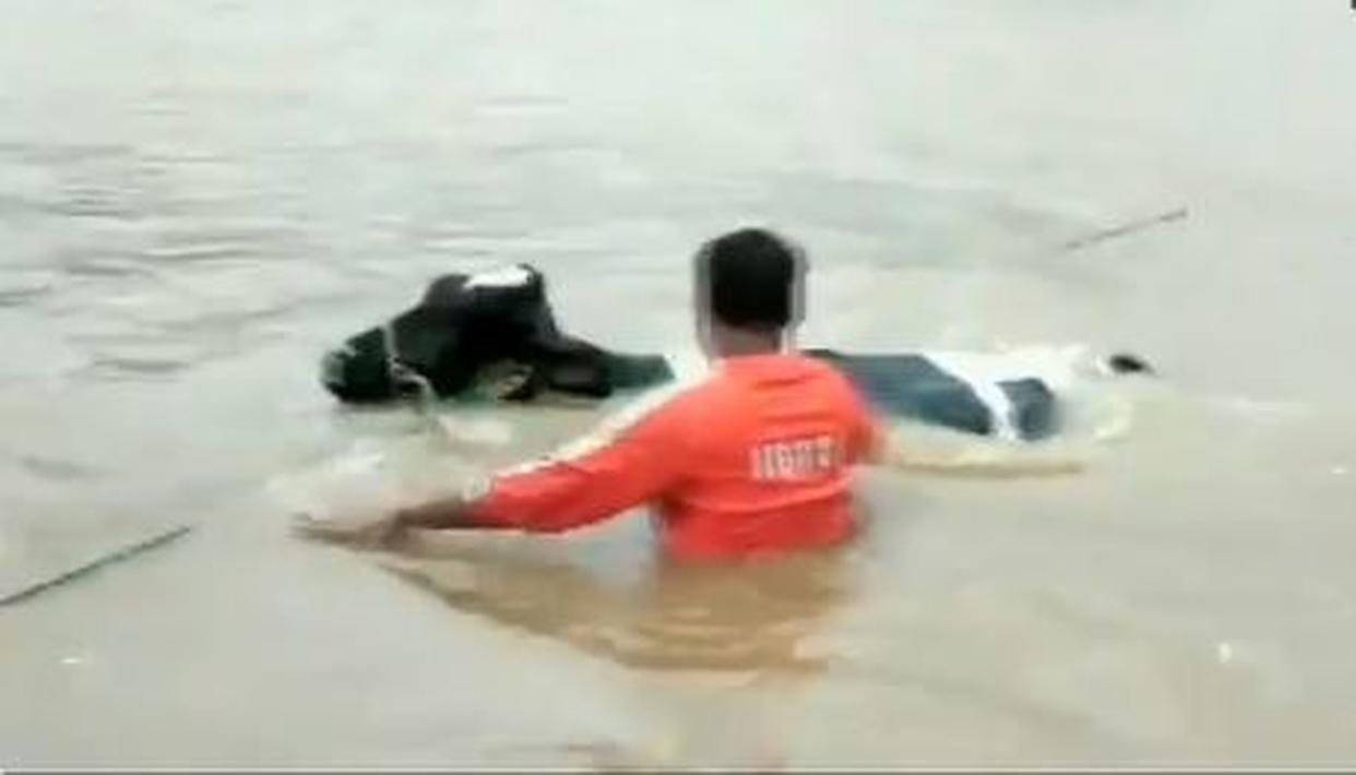 NDRF RESCUES COW IN PUNE AS POUNDING RAINS TAKE OVER THE CITY