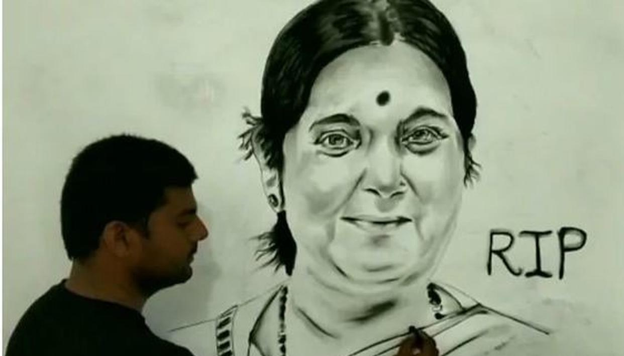 UP ARTIST MAKES 6 FEET CHARCOAL PORTRAIT OF SUSHMA SWARAJ TO PAY TRIBUTE