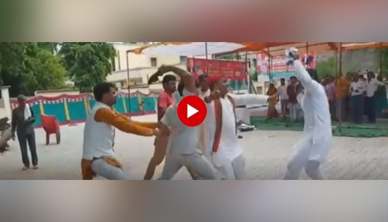 SAMAJWADI PARTY INTERNAL SHOE-FIGHT BREAKS OUT, WORKER THRASHES LEADER