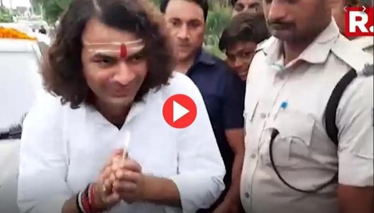तेजप्रताप के विधानसभा क्षेत्र में सड़कों की बदहाली पर फूटा लोगों का गुस्सा, काफिला रोक कर पूछा कब करोगे वादा पूरा : VIDEO