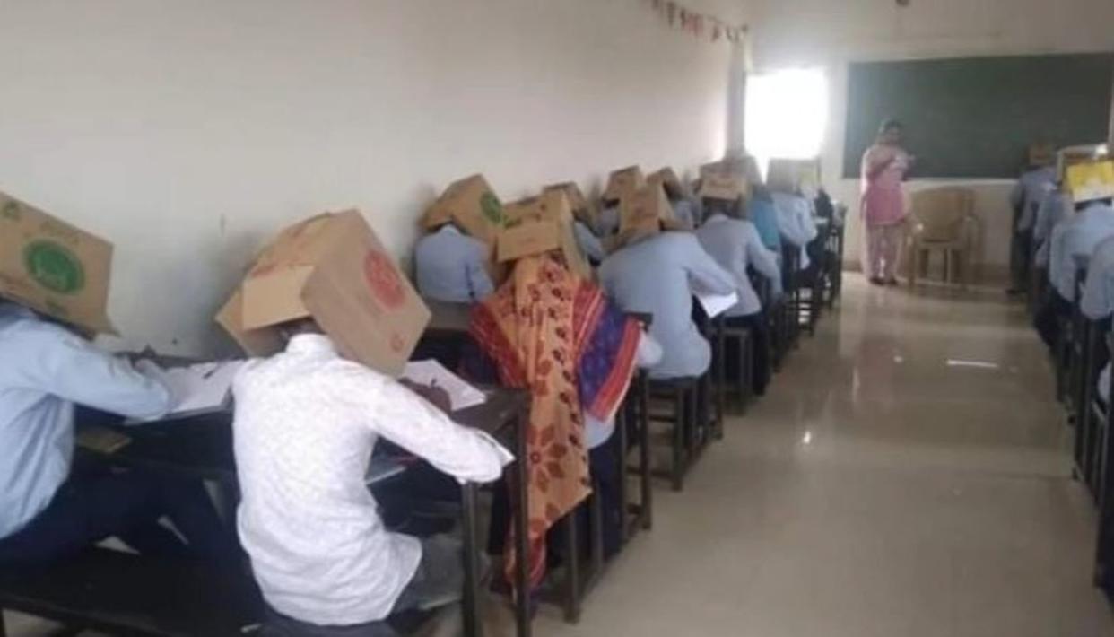 कर्नाटक: ताकि छात्र ना कर पाएं नकल, कार्टन पहनाकर ली परीक्षा, वायरल हुई अजब-गजब IDEA की तस्वीरें