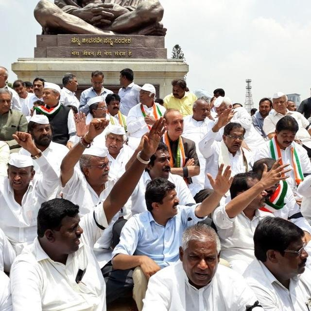 CONGRESS STAGE PROTEST AGAINST BSY'S SWEARING-IN