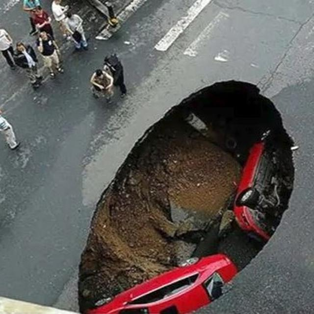 SHOCKING: TWO CARS FALL INTO A SINKHOLE