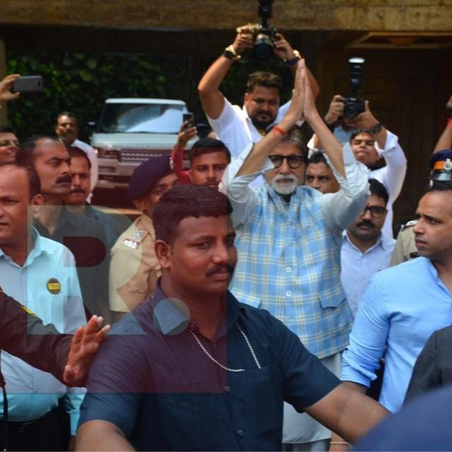 AMITABH BACHCHAN SURPRISES FANS BY STEPPING OUT TO GREET THEM ON HIS BIRTHDAY