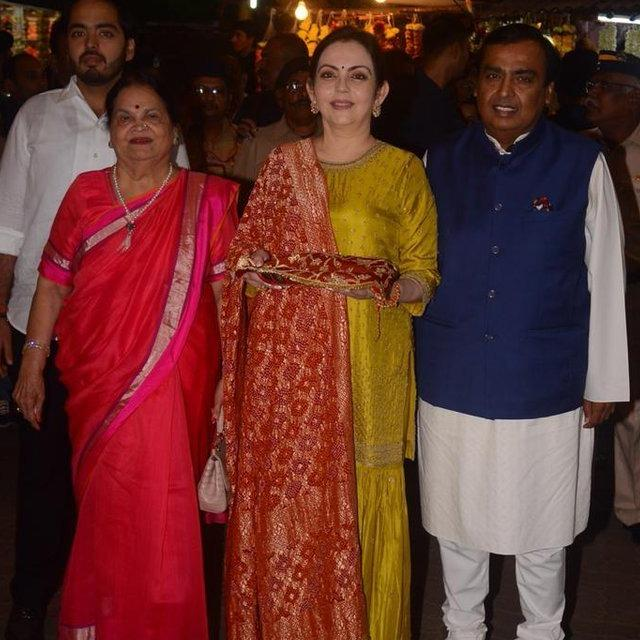 AMBANIS VISIT SIDDHIVINAYAK TEMPLE TO OFFER FIRST WEDDING INVITE