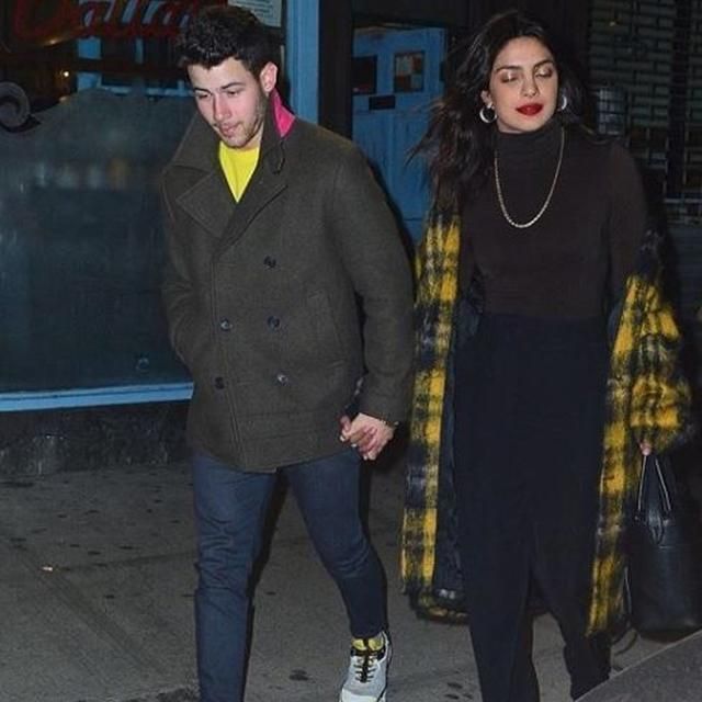 NICK JONAS HOLDS PRIYANKA CHOPRA NOT JUST IN HIS HEART, BUT IN HIS PHONE SCREEN AS WELL, HERE'S PROOF