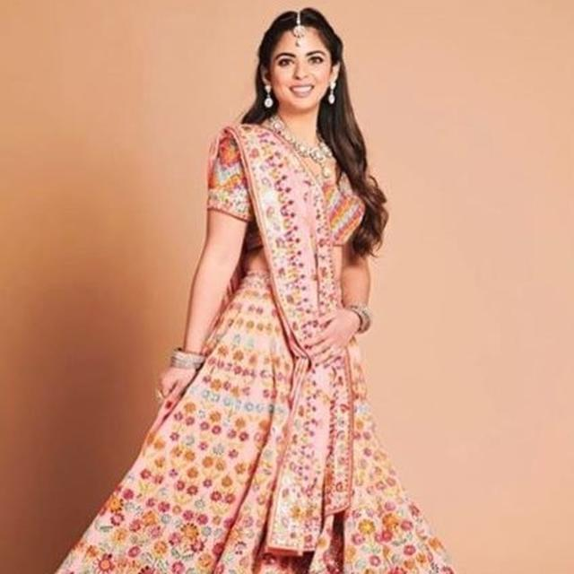 ISHA AMBANI'S PRE-WEDDING PICTURE WEARING A GORGEOUS PEACH LEHENGA IS GIVING US SOME MAJOR  BRIDE GOALS