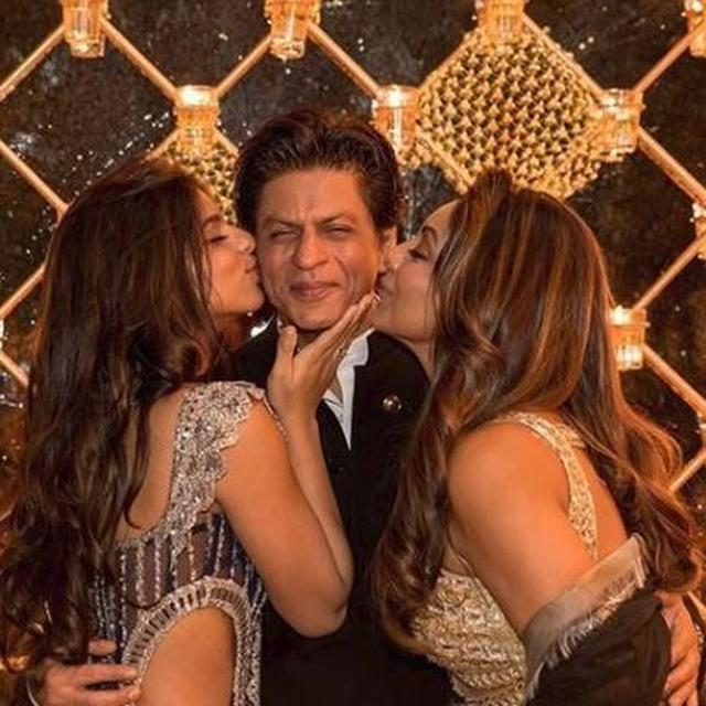 SHAH RUKH KHAN LOOKS LIKE THE HAPPIEST MAN IN THE WORLD AS GAURI AND SUHANA SHOWER HIM WITH AFFECTION, TAKE A LOOK