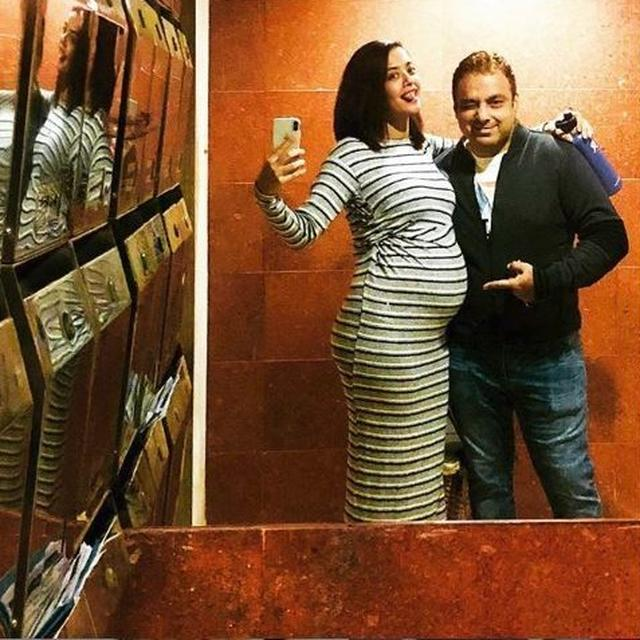 SURVEEN CHAWLA FLAUNTS HER BABY BUMP IN A SWEET SELFIE WITH HER HUSBAND AKSHAY THAKKER, TAKE A LOOK