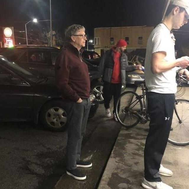 BILL GATES PATIENTLY WAITING IN LINE FOR A BURGER OUTSIDE RESTAURANT IS A LESSON IN HUMILITY
