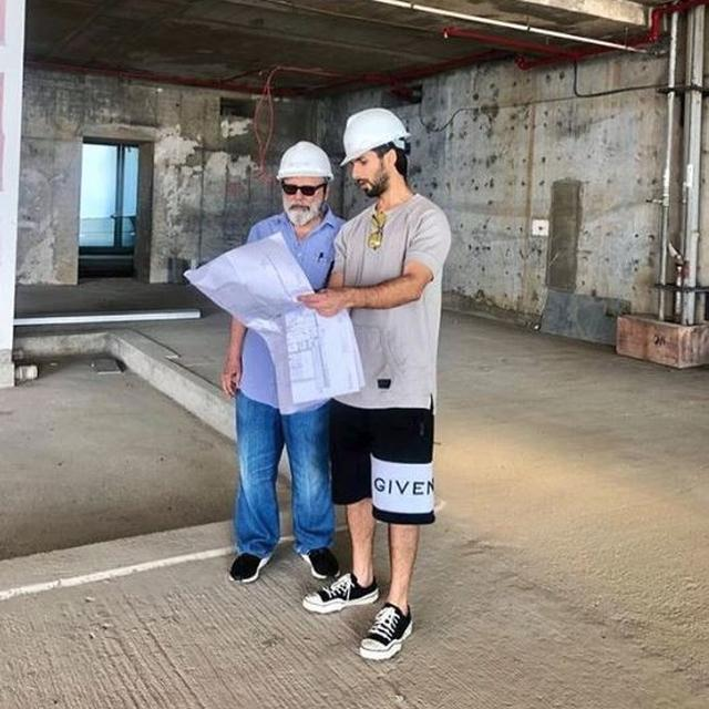 THIS PICTURE OF SHAHID KAPOOR TAKING APPROVALS FROM 'BIG DADDY' PANKAJ KAPUR PROVES THAT PARENTS ARE ALWAYS MOST RELIABLE