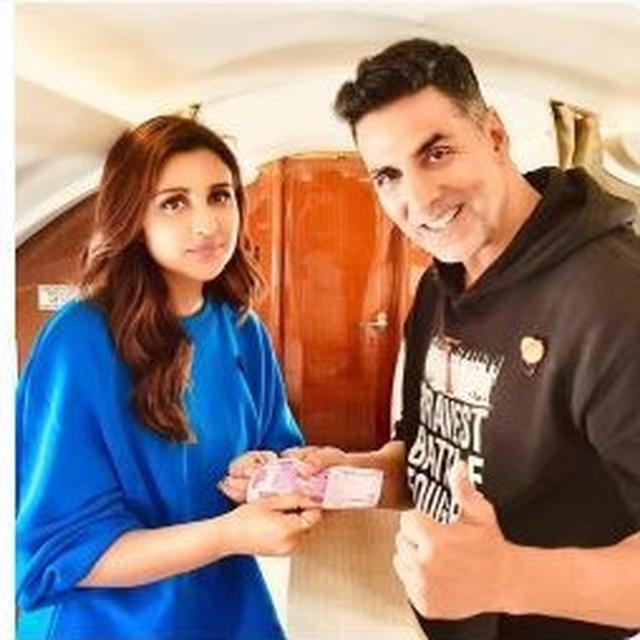 NOT MADE UP: PARINEETI CHOPRA JUST PAID AKSHAY KUMAR IN RS 2000 NOTES BECAUSE SHE READ THAT SHE OWED HIM MONEY, AND AKSHAY IS OBVIOUSLY PLEASED