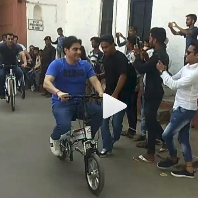 WATCH: SALMAN KHAN HEADING FOR A 'DABANGG 3' SHOOT ON A BICYCLE IS WINNING THE INTERNET